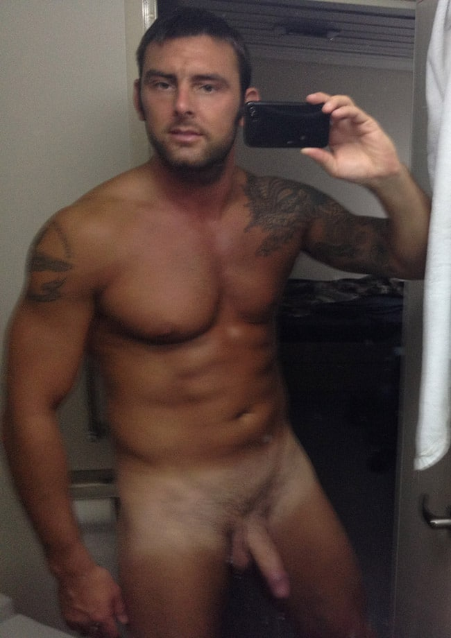 Strong Man Made A Sexy Nude Selfie - Nude Men Selfies